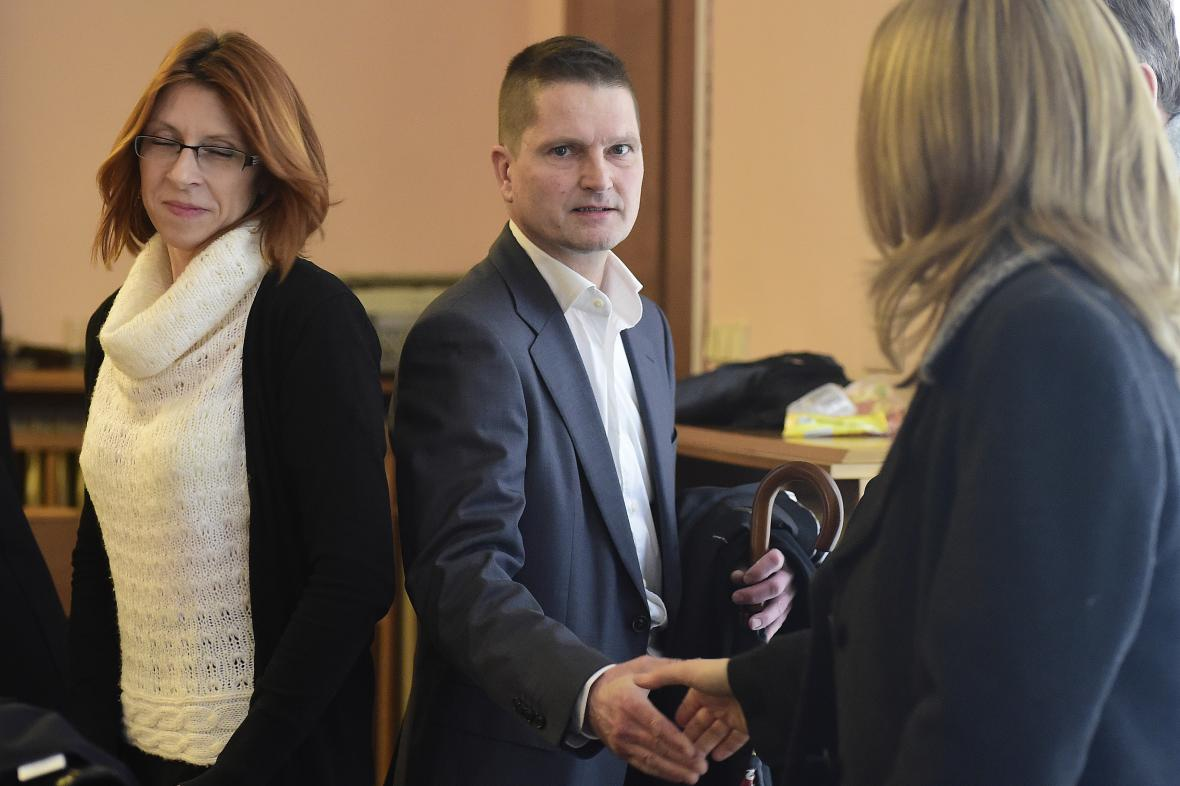 Klára Fenstererová a Daniel Brzkovský u soudu