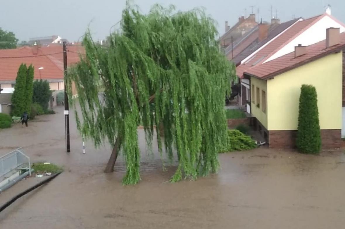 Pondělní bouře v Dolních Bojanovicích na Hodonínsku