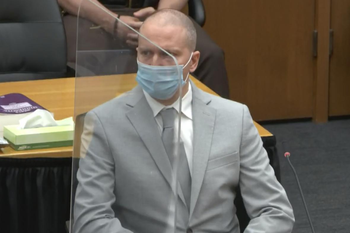 Bývalý policista Derek Chauvin pří pátečním jednání soudu