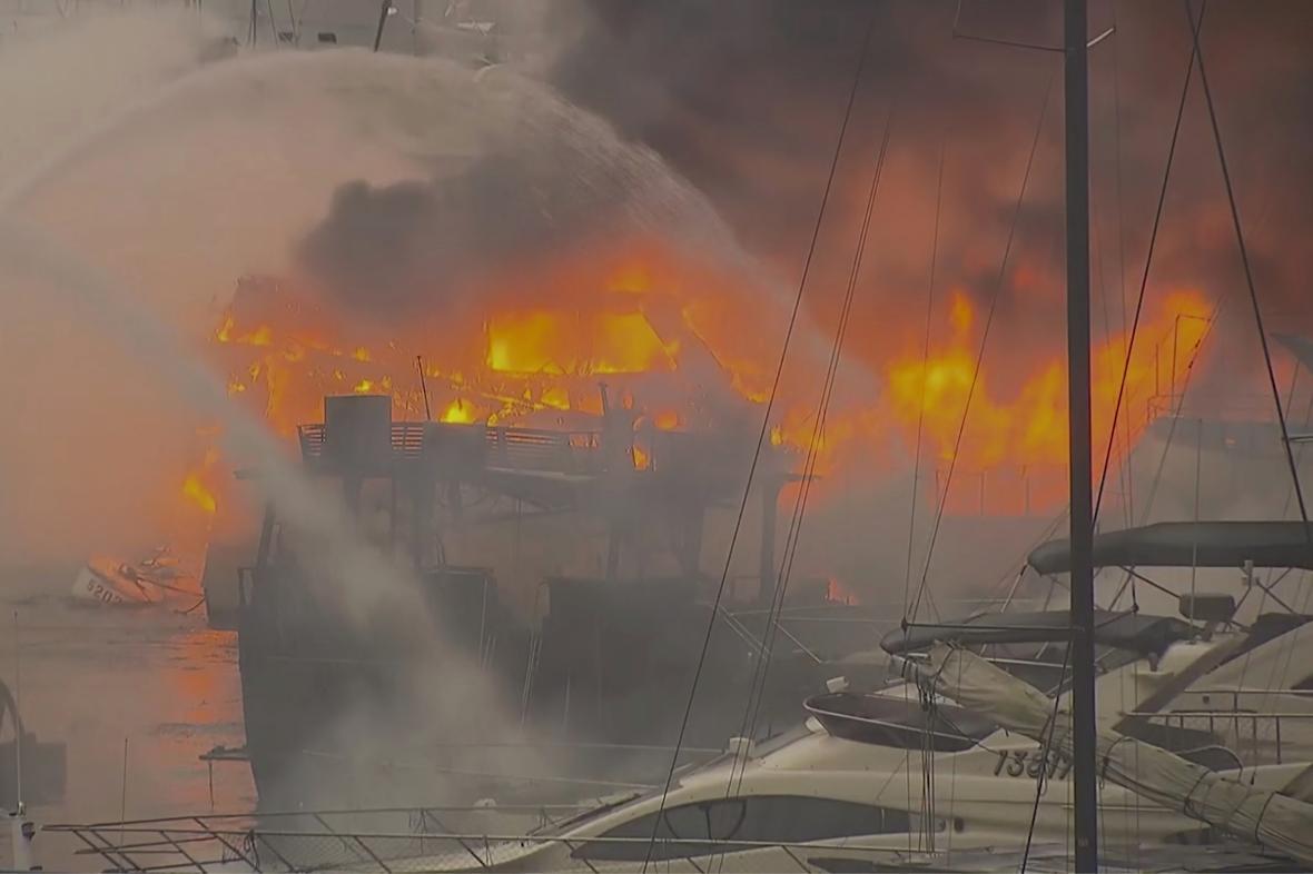 Požár v hongkongském přístavu