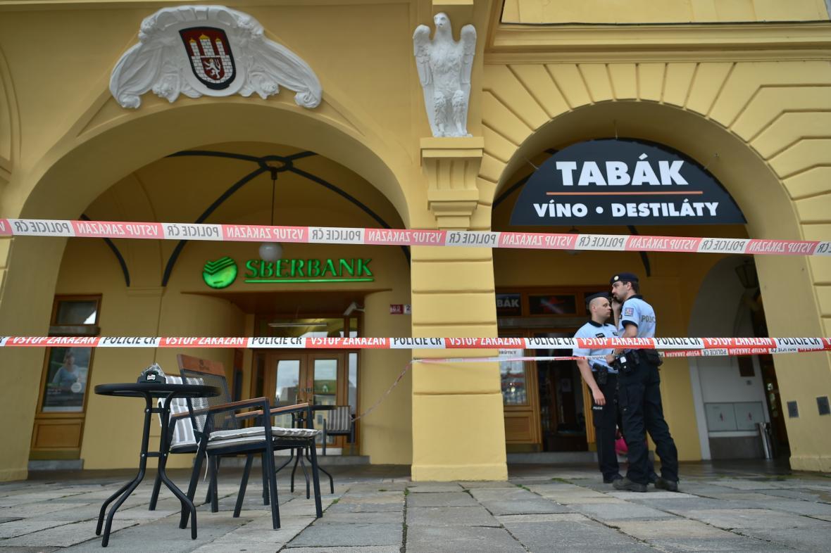 Policisté hlídkují v Českých Budějovicích, kde muž držel ženu jako rukojmí