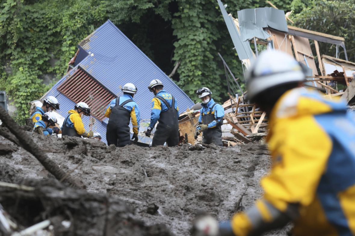 Záchranné práce po sesuvu půdy v Atami