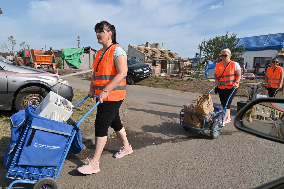 Dobrovolnice rozvážejí jídlo v Mikulčicích na Hodonínsku, kde pokračuje odstraňování škod po tornádu