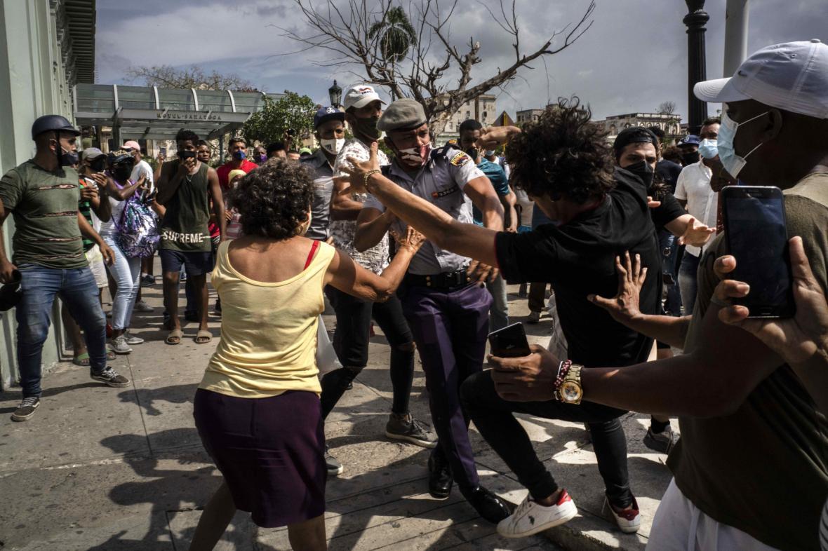 Policie zasáhla proti demonstrantům na Kubě