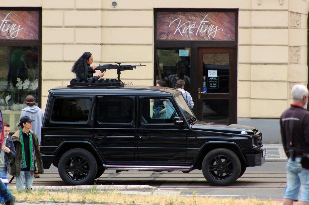 Na pražském Náměstí republiky pokračuje natáčení nejdražšího filmu Netflixu. Do soboty tu nepojedou tramvaje
