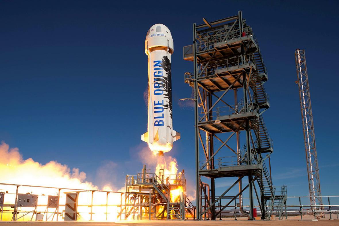 Miliardář Jeff Bezos dosáhl hranice vesmíru v raketě New Shepard společnosti Blue Origin