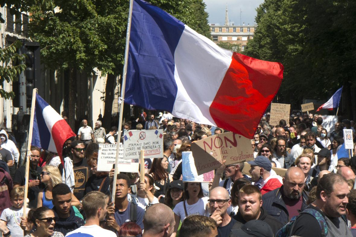 Protest proti covid pasům ve Francii