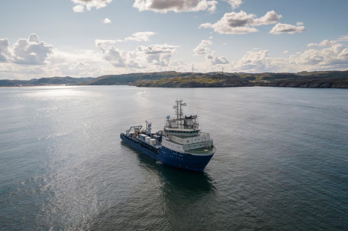 Loď pokládá optický kabel v Barentsově moři