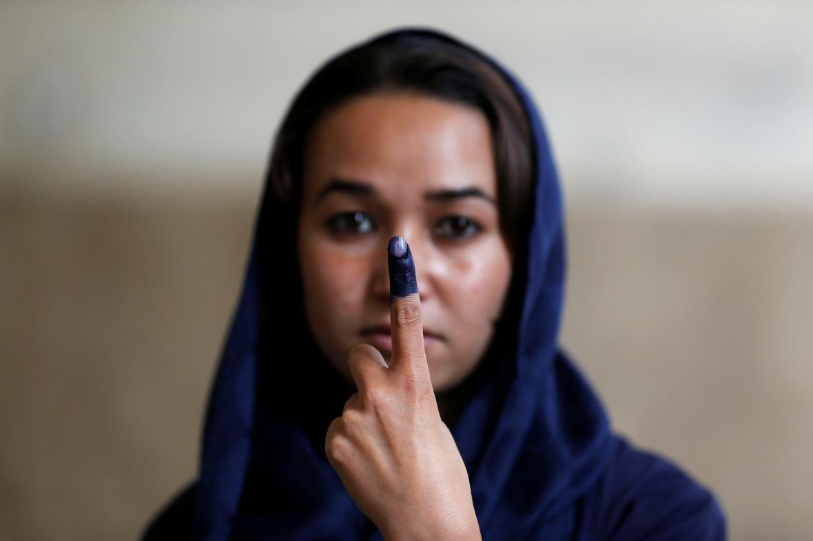 Afghánská žena s prstem od inkoustu po hlasování v prezidentských volbách v Kábulu v roce 2014