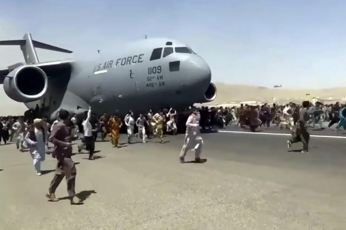 Davy Afghánců na letištní ranveji v Kábulu