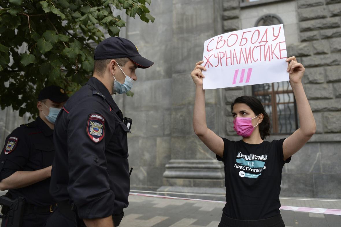 """Demonstrantka s nápisem """"Svobodu novinařině"""""""