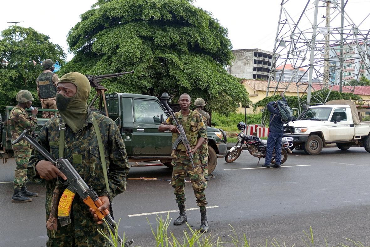 vojáci na kontrolním stanovišti nedaleko Konakry