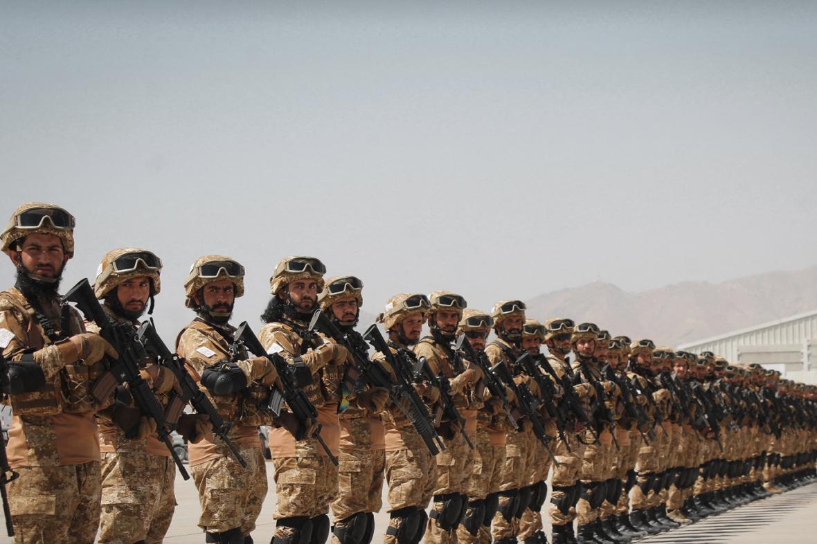 Talibanci v amerických uniformách hlídají letiště v Kábulu