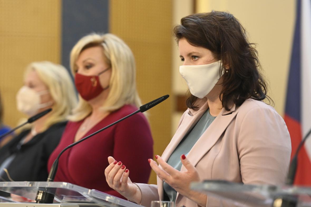 Ministryně Klára Dostálová (za ANO), Alena Schillerová (za ANO) a Jana Maláčová (ČSSD)