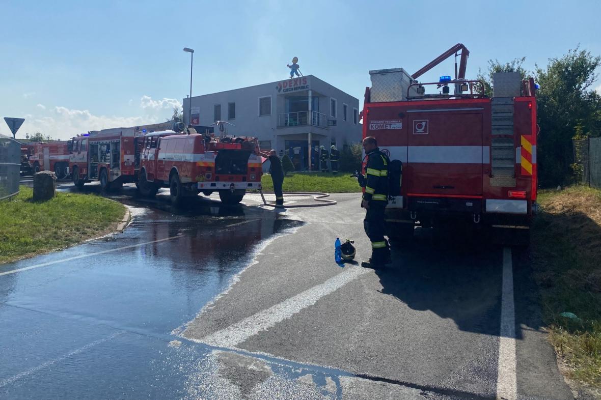 Zásah hasičů v Průmyslové ulici v Čelákovicích