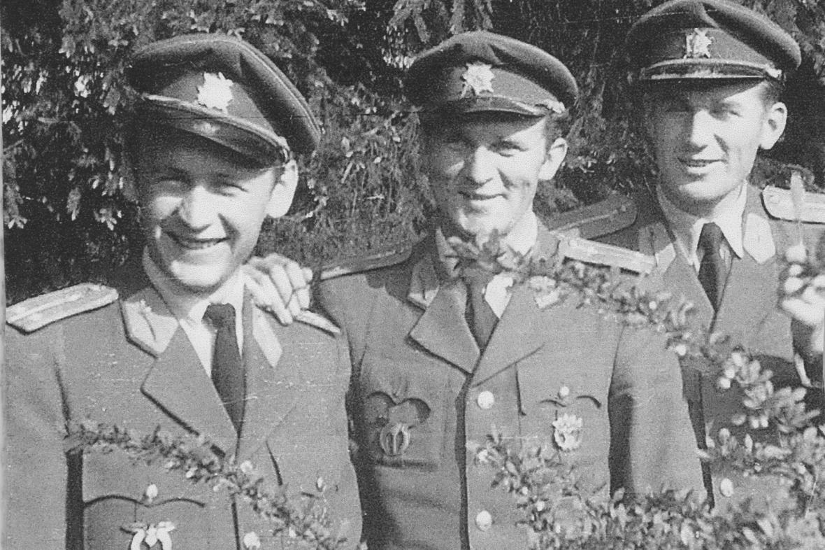 Pilot Jan Vazač (první zprava) v 50. letech