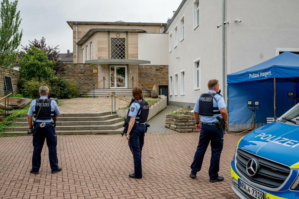 Policisté před synagogou v německém Hagenu