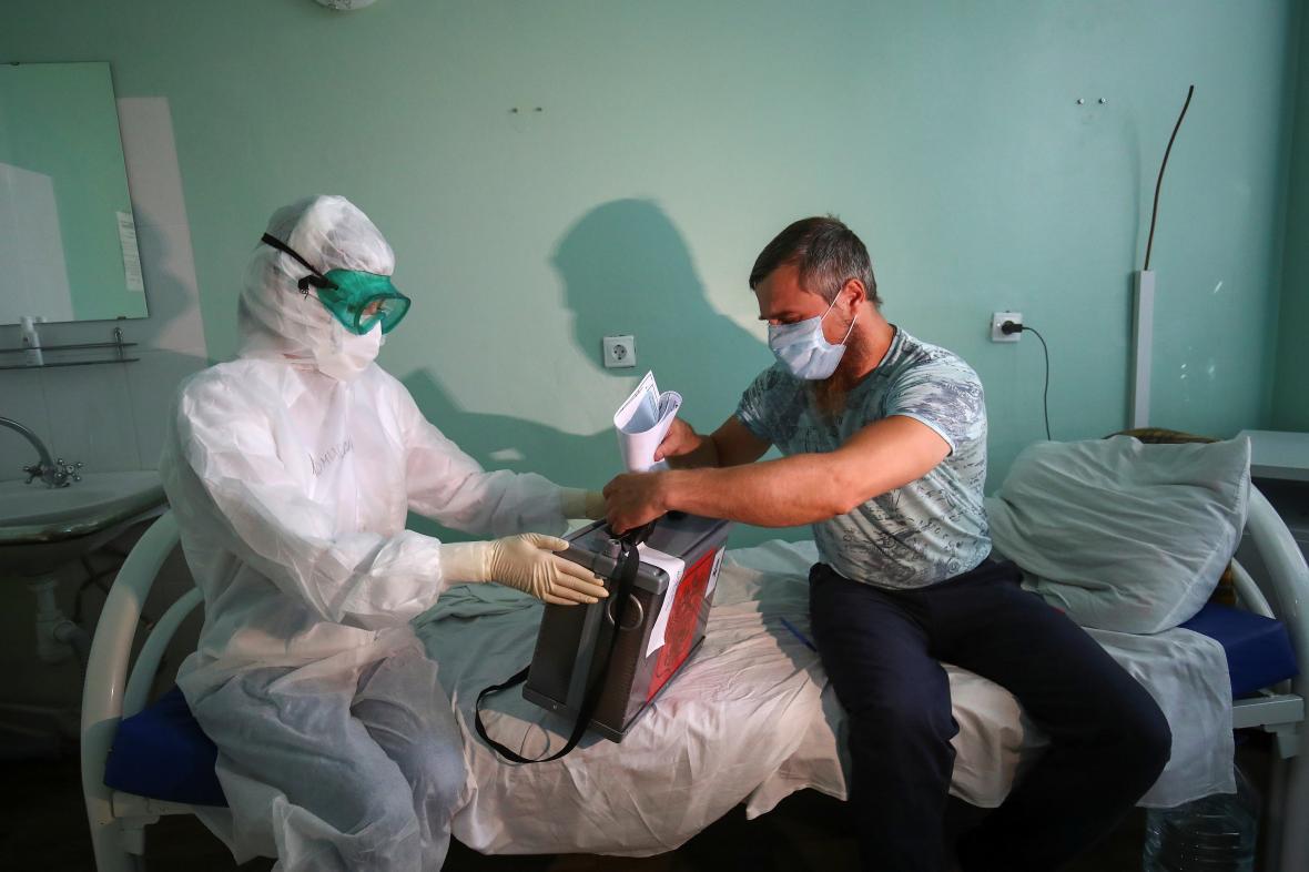 Pacient s covidem-19 volí v nemocnici ve Volgogradě