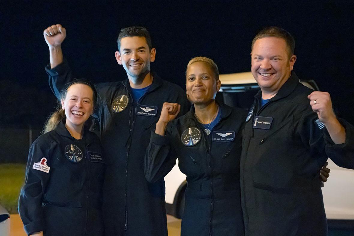 Posádka lodi po návratu z vesmíru