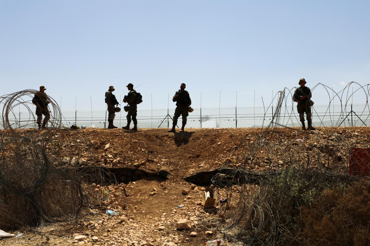 Izraelští vojáci hlídkují u plotu podél Západního břehu Jordánu