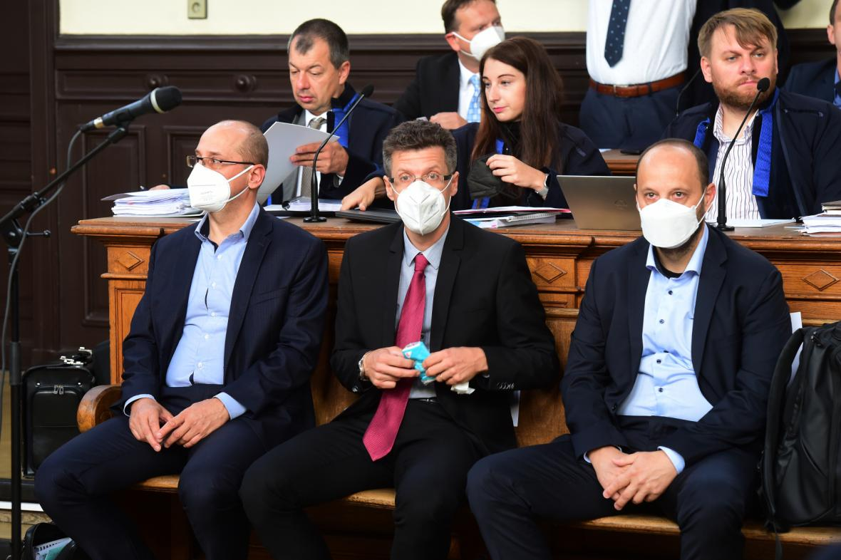 Obžalovaní (zleva) Josef Tesařík, Michal Tesařík a David Tesařík u olomouckého soudu