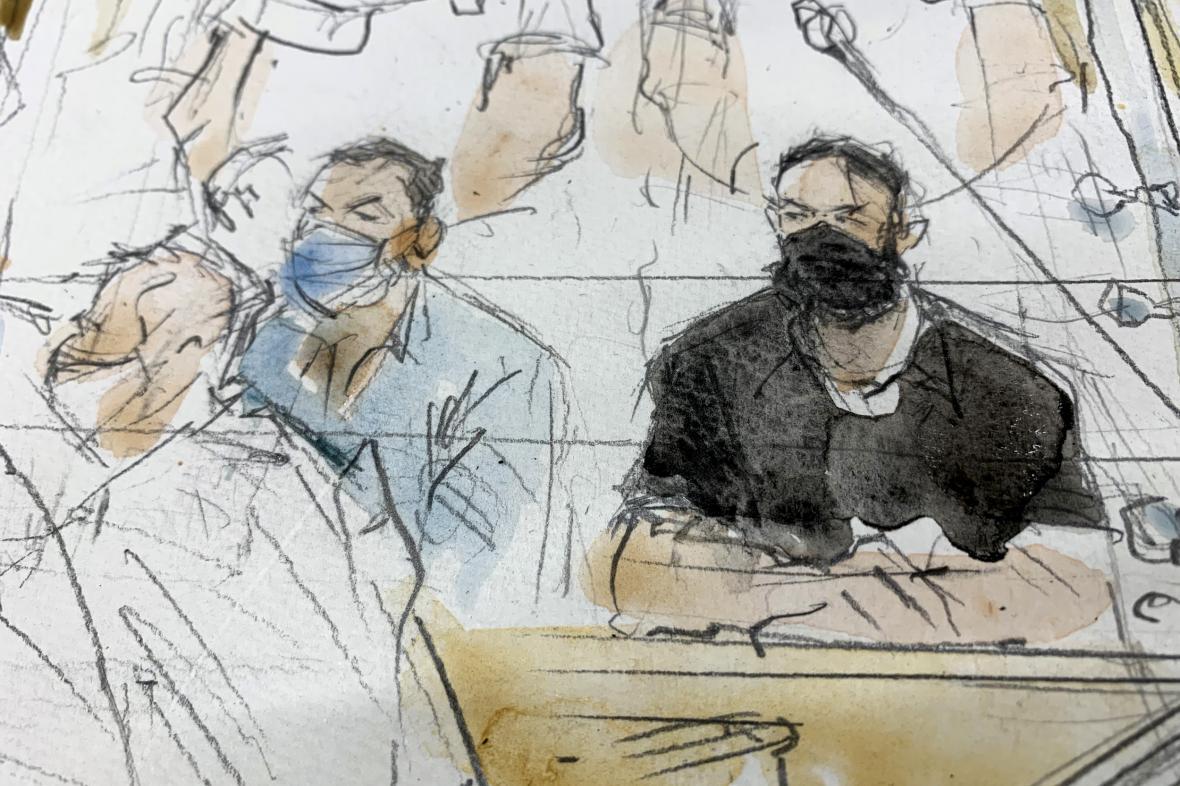 Salah Abdeslam (vpravo) na kresbě u soudu začátkem září