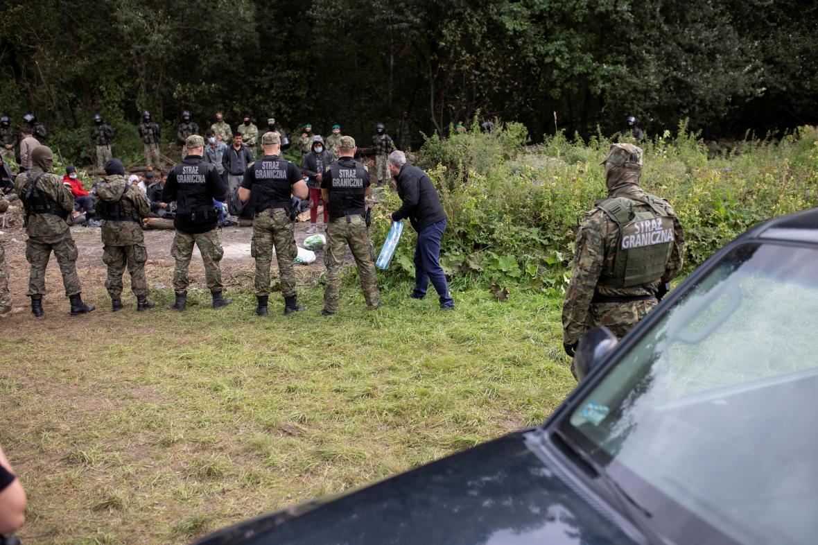 Polští pohraničníci blokují skupinu uprchlíků u obce Usnarz Górny