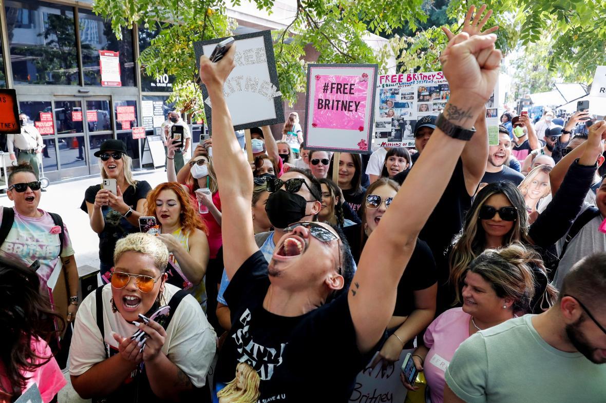 Před budovou soudu zajásali zpěvaččiny fanoušci