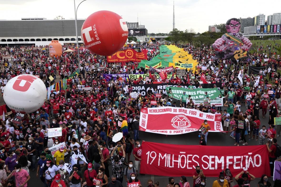 Brazilci protestují proti prezidentu Bolsonarovi