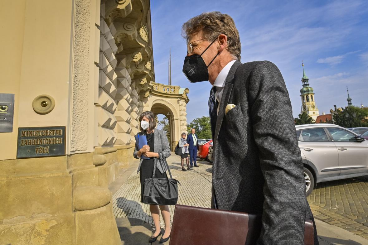 Britský velvyslanec v ČR Nick Archer přichází na jednání s ministrem zahraničí Jakubem Kulhánkem