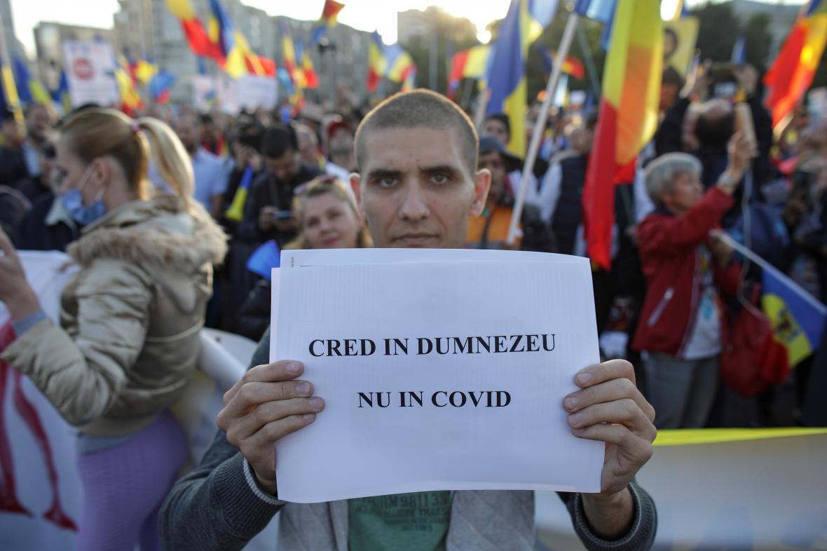 Rumunský protestující s nápisem: