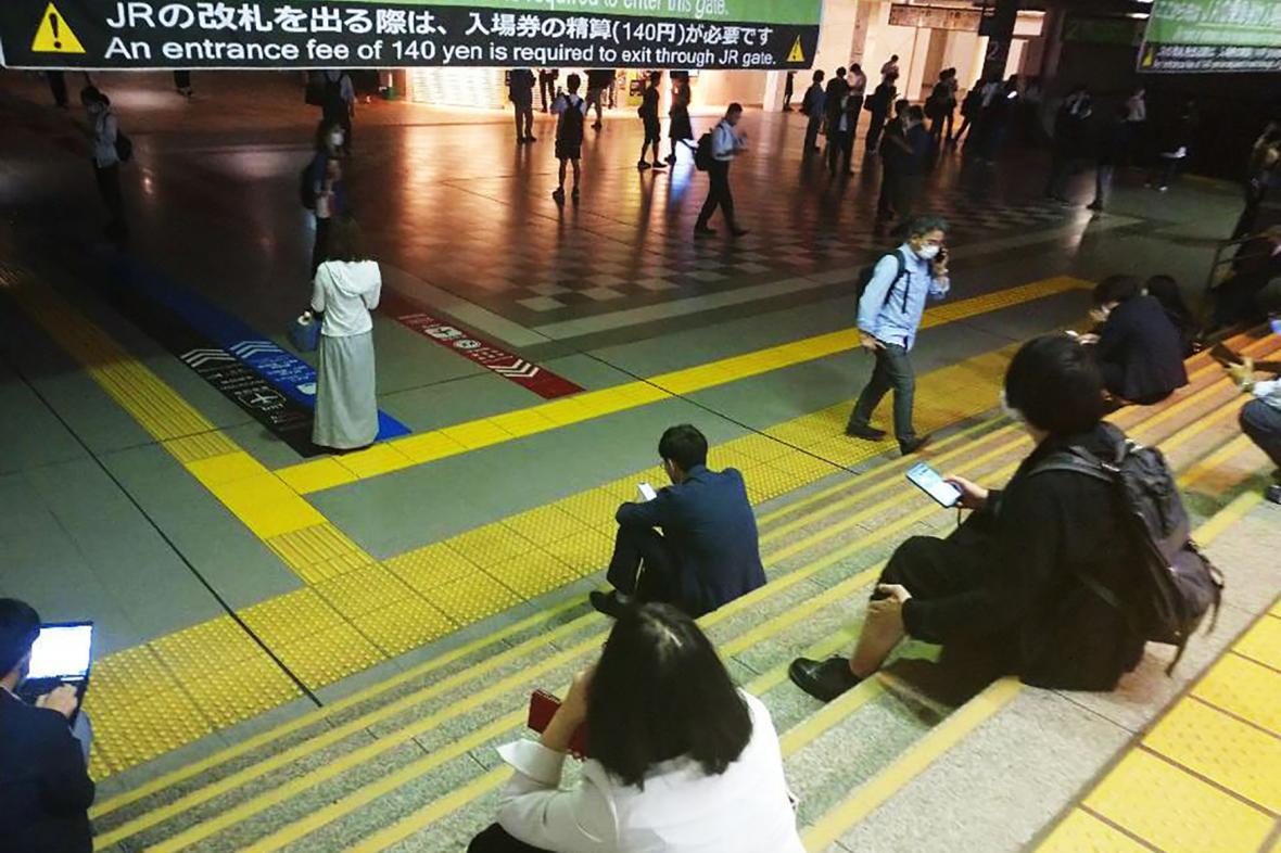 Cestující čekají v tokijské stanici JR Shinagawa.Vlaková doprava byla kvůli zemětřesení přerušena