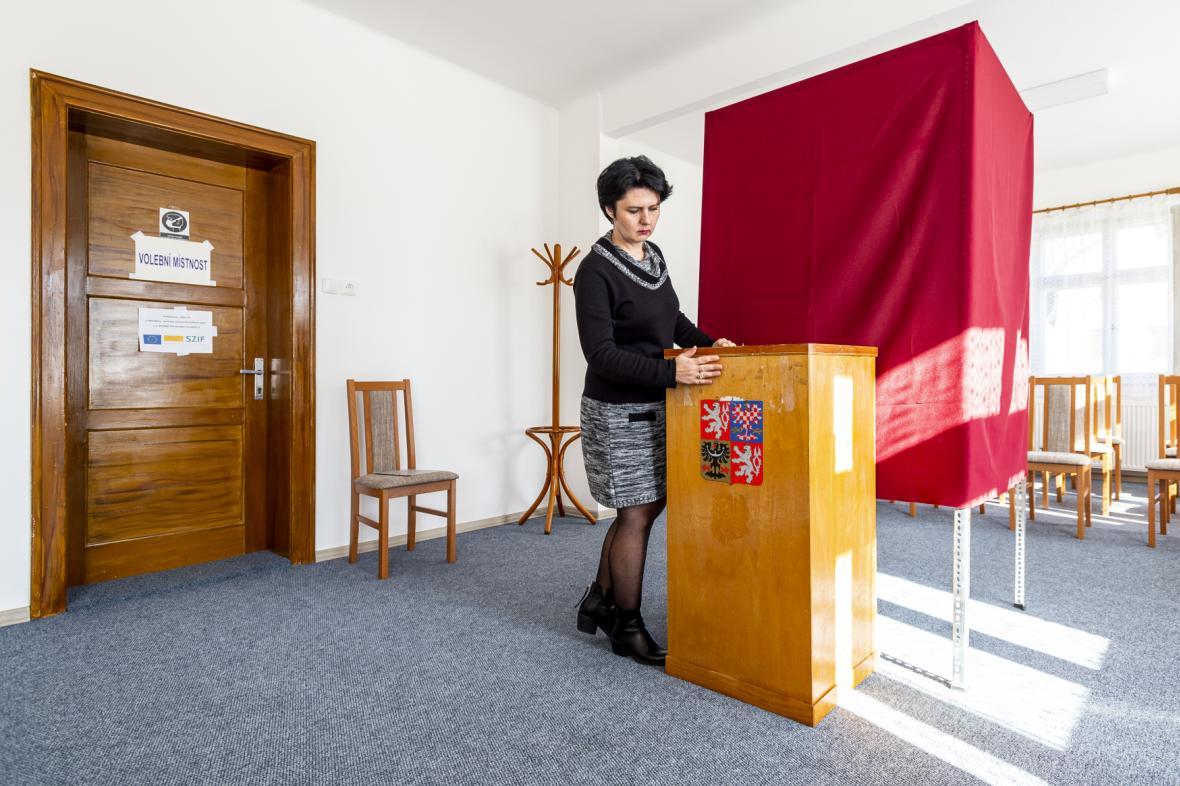 Příprava na volby na obecním úřadě v Lobendavě na Děčínsku