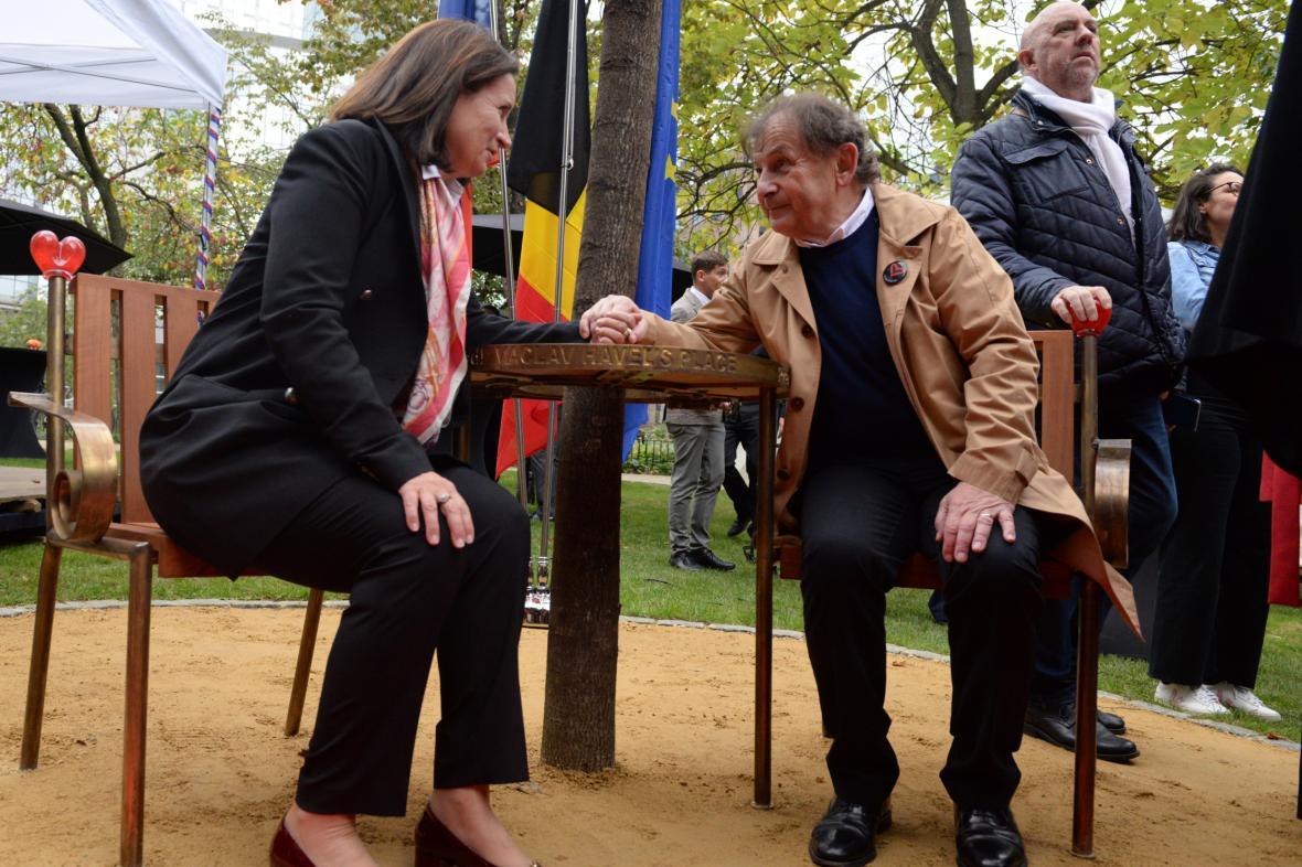 Velvyslankyně při EU Edita Hrdá a Ředitel Knihovny Václava Havla Michael Žantovský při odhalení lavičky