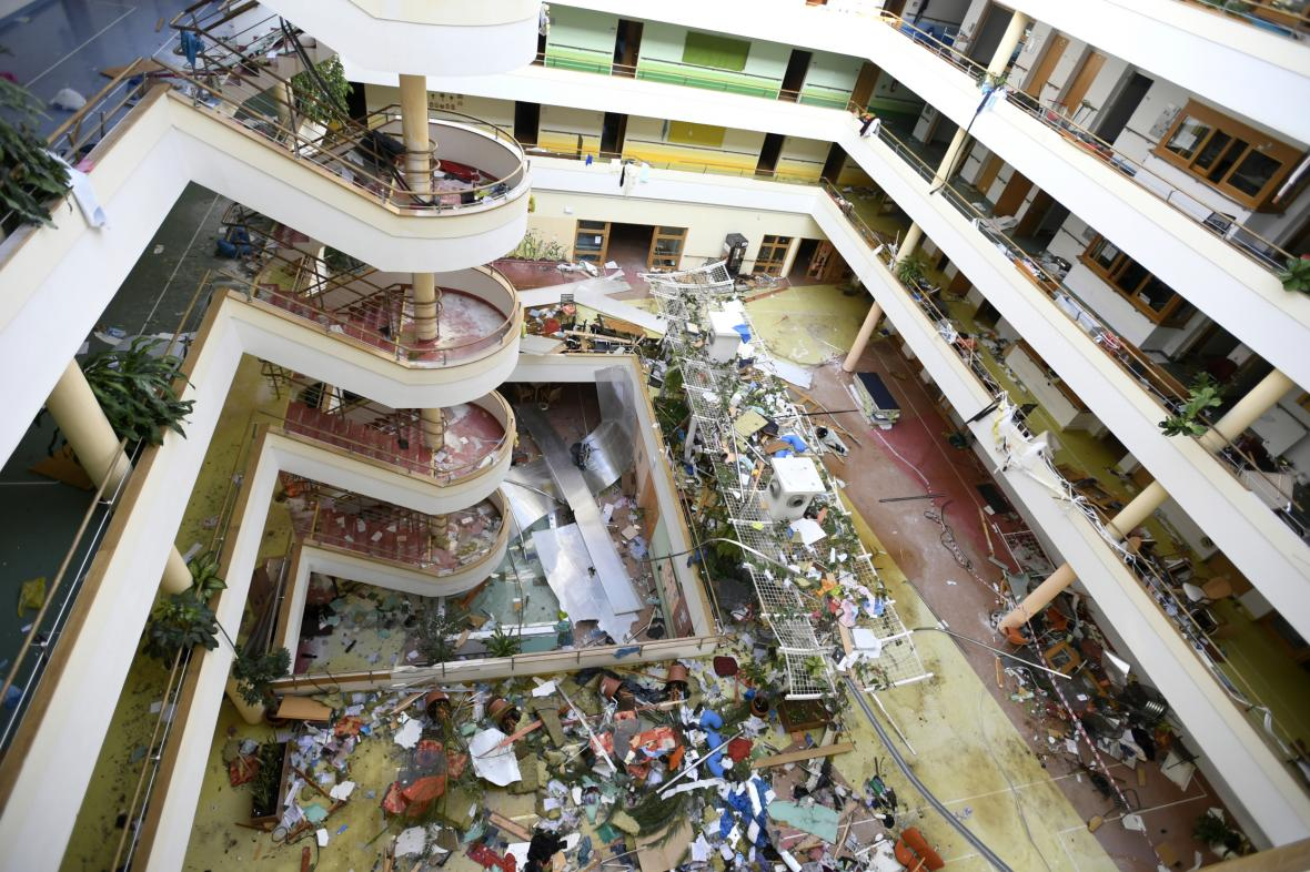 Poničený domov pro seniory S-centrum v Hodoníně těsně po tornádu