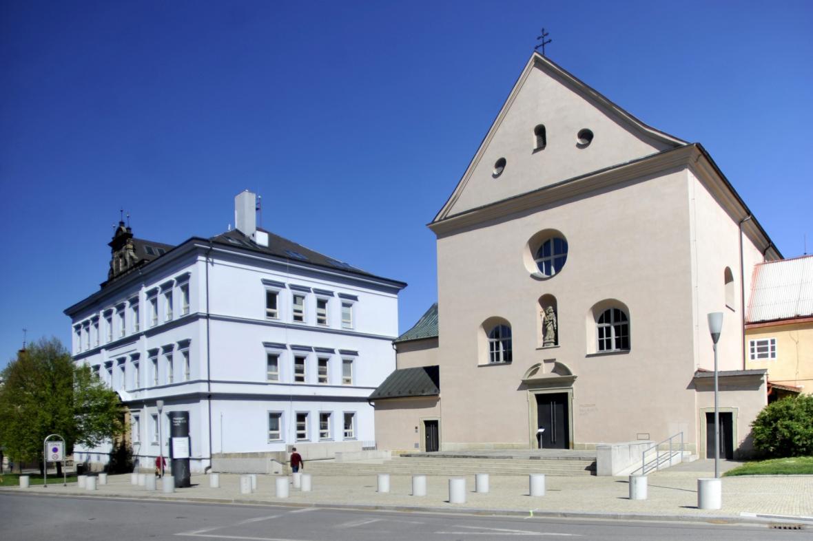 Kapucínský klášter s kostelem v Chrudimi ve kterém je Muzeum barokních soch