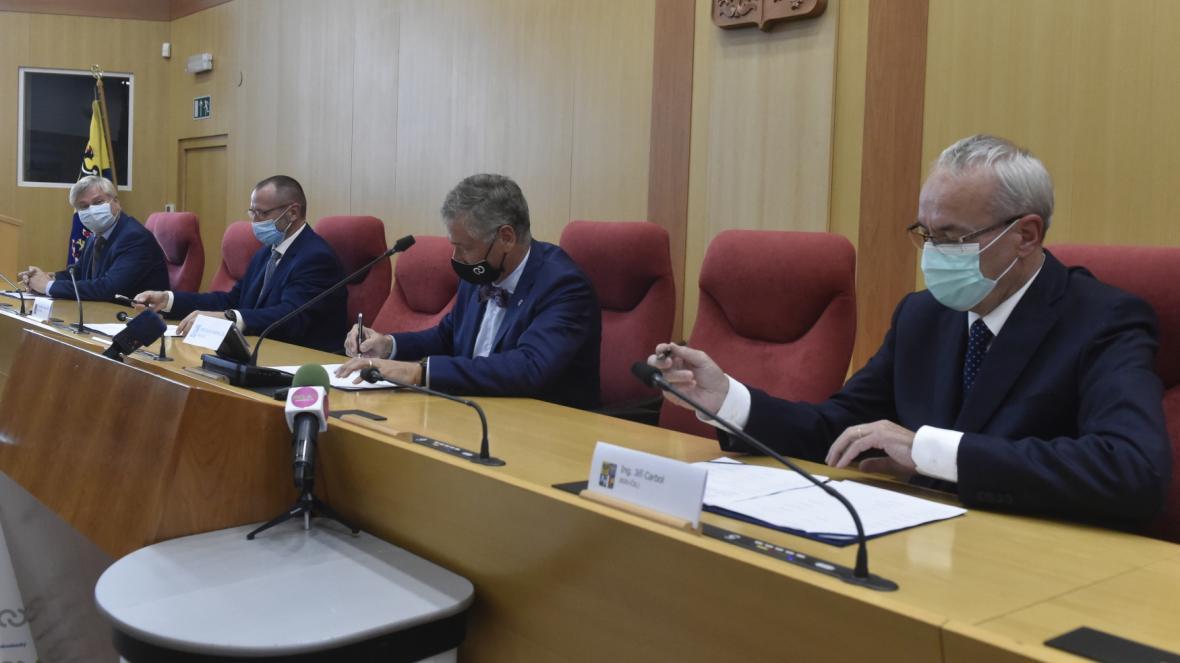 Na snímku jsou (zleva) Petr Kainar (ČSSD), Jakub Unucka (ODS), Ivo Vondrák (ANO) a Jiří Carbol (KDU-ČSL) při podpisu koaliční smlouvy