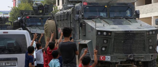 Turecká armáda projíždí městem Akcakale, které leží poblíž hranic