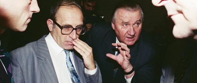 Zleva: místopředseda ODS Miroslav Macek, premiér ČSFR Jan Stráský, předseda FS ČSFR Michal Kováč