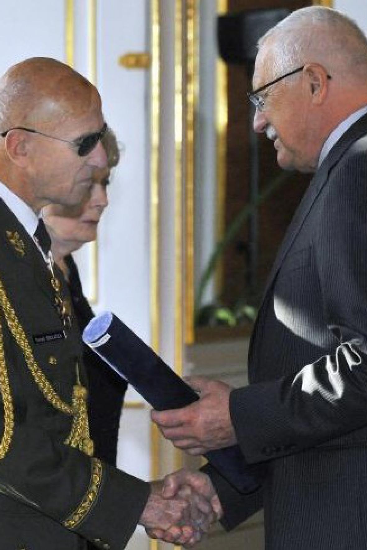 Václav Klaus povyšuje Tomáše Sedláčka do generálské hodnosti