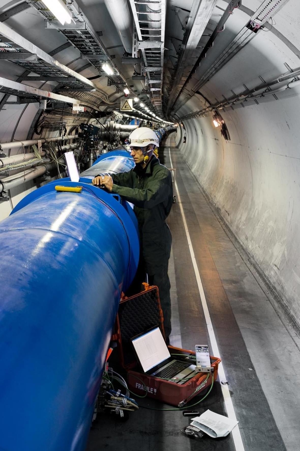 Pracovník urychlovače částic