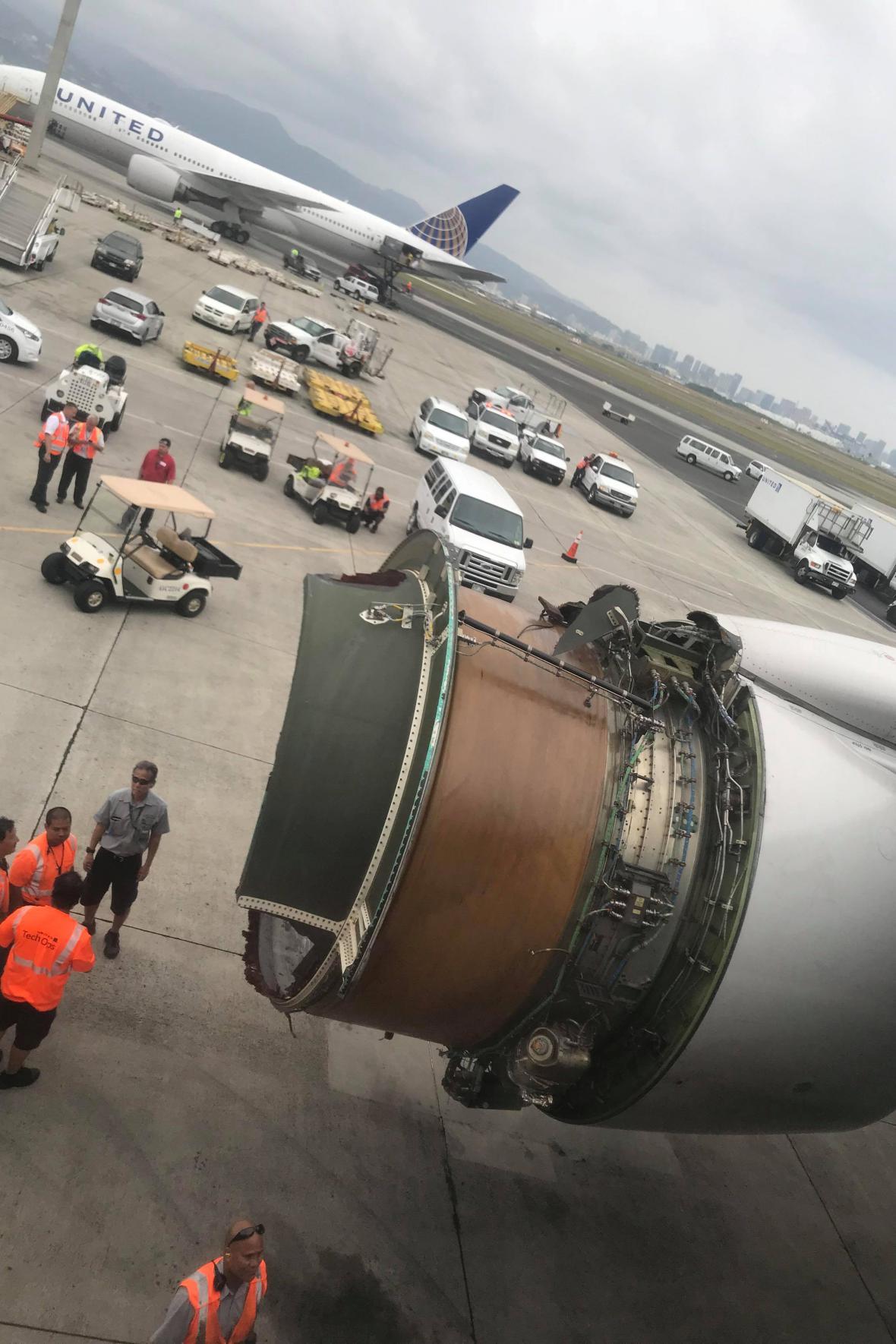 Zničený motor Boeingu 777 letu UA 1176