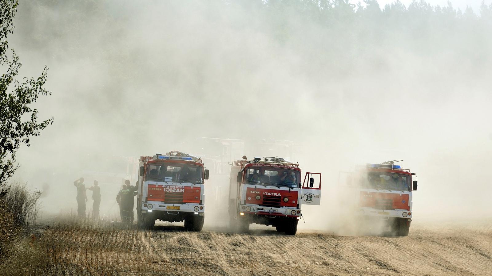 Hasiči zasahují u hořícího lesa na Rakovnicku
