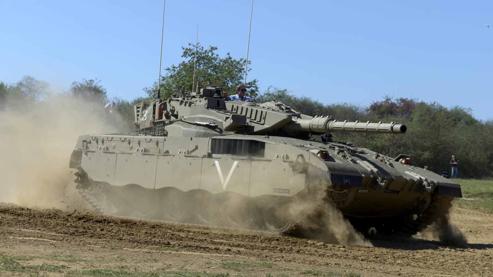 Ministr obrany Martin Stropnický ve věži izraelského tanku Merkava