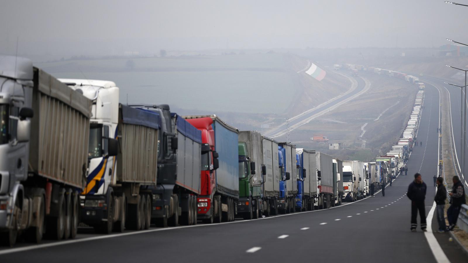 Kolona nákladních aut na hranici Řecka a Bulharska
