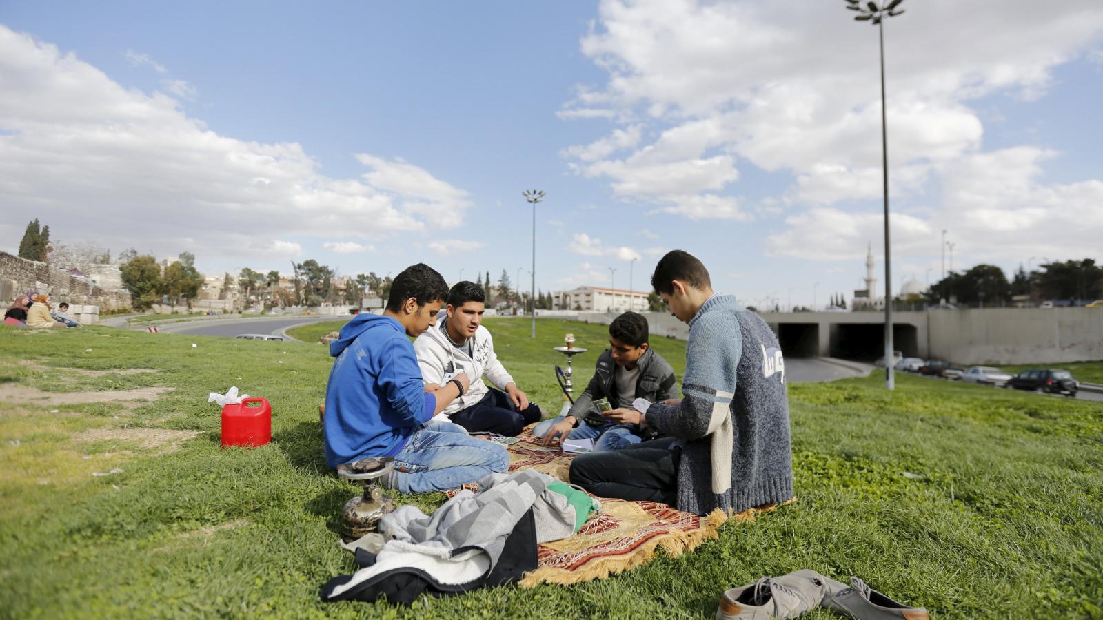 Syřané hrají karetní hry na předměstí Damašku