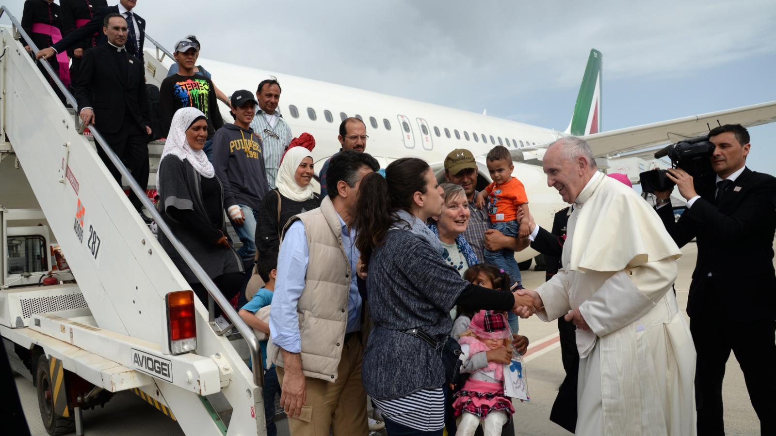 Papež odletěl z Lesbu se syrskými běženci
