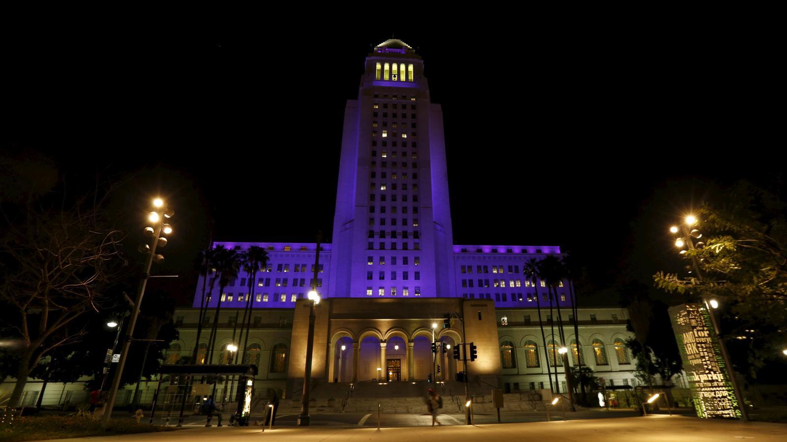 Osvětlená radnice v Los Angeles, kde Američané uctili památku Prince