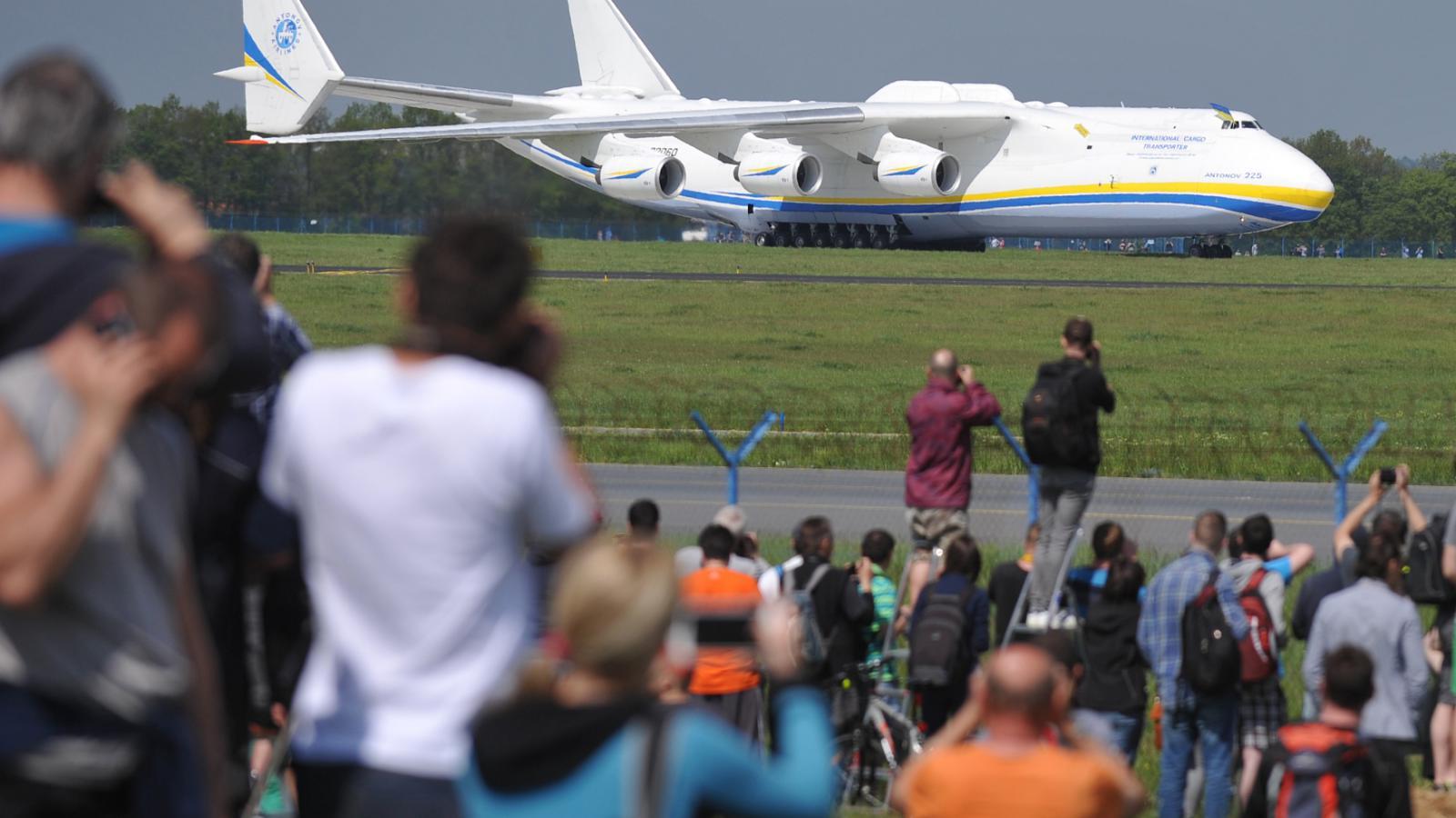 Antonov An-225 Mrija po přistání na pražském letišti