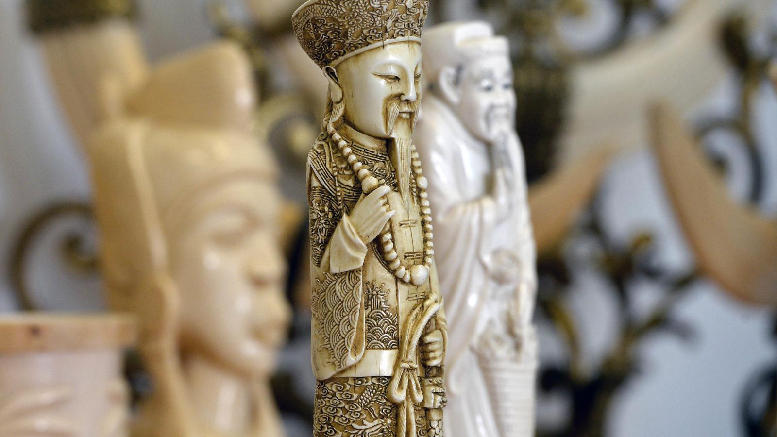 Sošky ze slonové kosti, které zabavili ruzyňští celníci